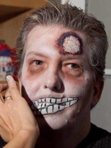 Zombie Maske mit Applikation schminken - Augen schattieren 2
