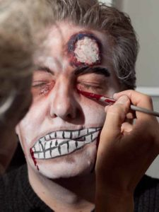 Zombie Maske mit Applikation schminken - Kunstblut 1