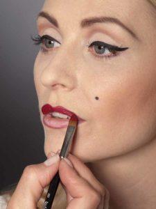 Lippen mit Lippenstift ausmalen