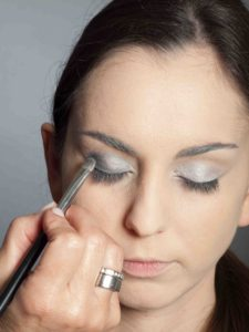Metallic Look Augen Make up dunkler silbergrauer Lidschatten 1