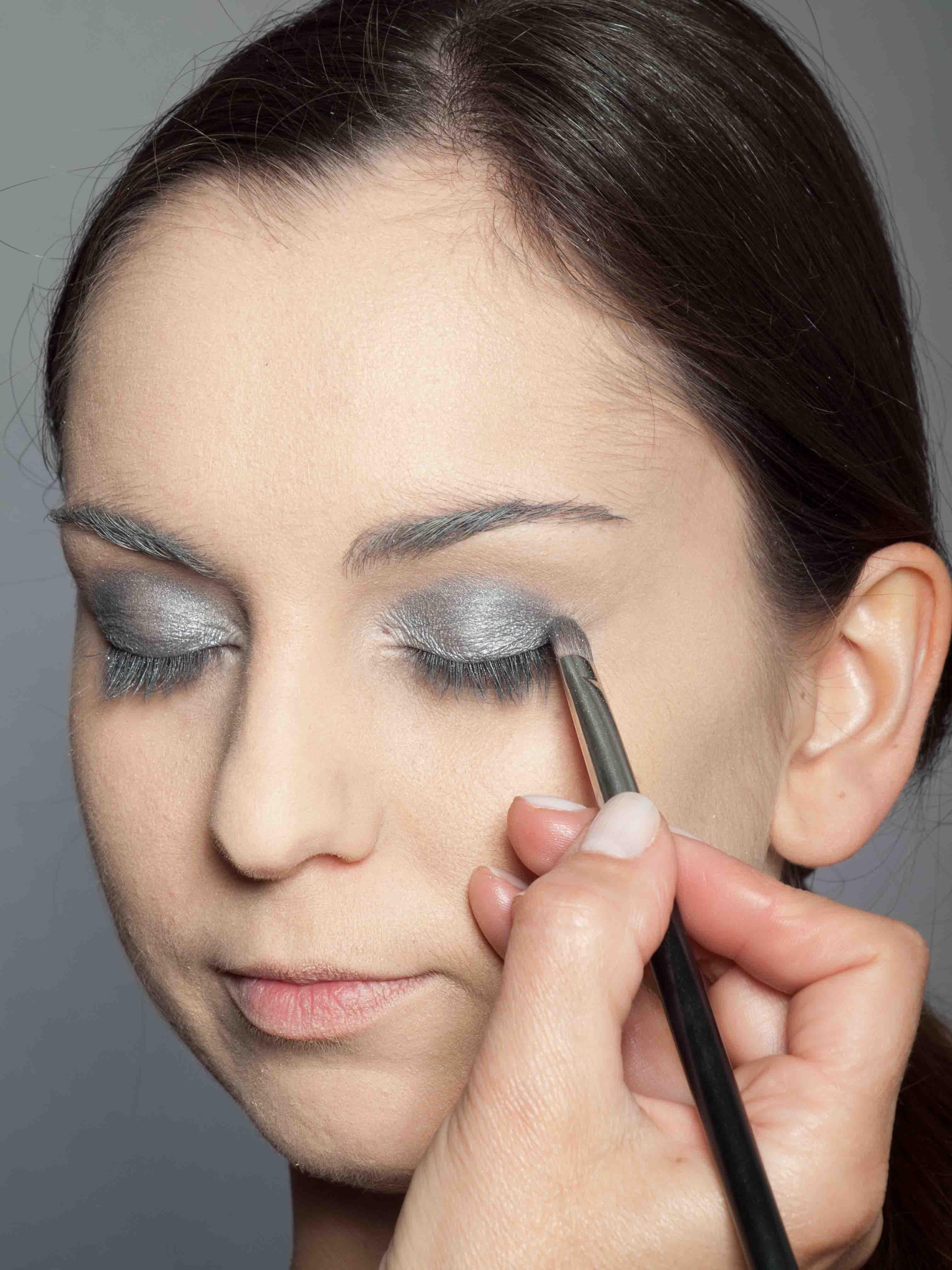 Metallic Look Augen Make up dunkler silbergrauer Lidschatten 2
