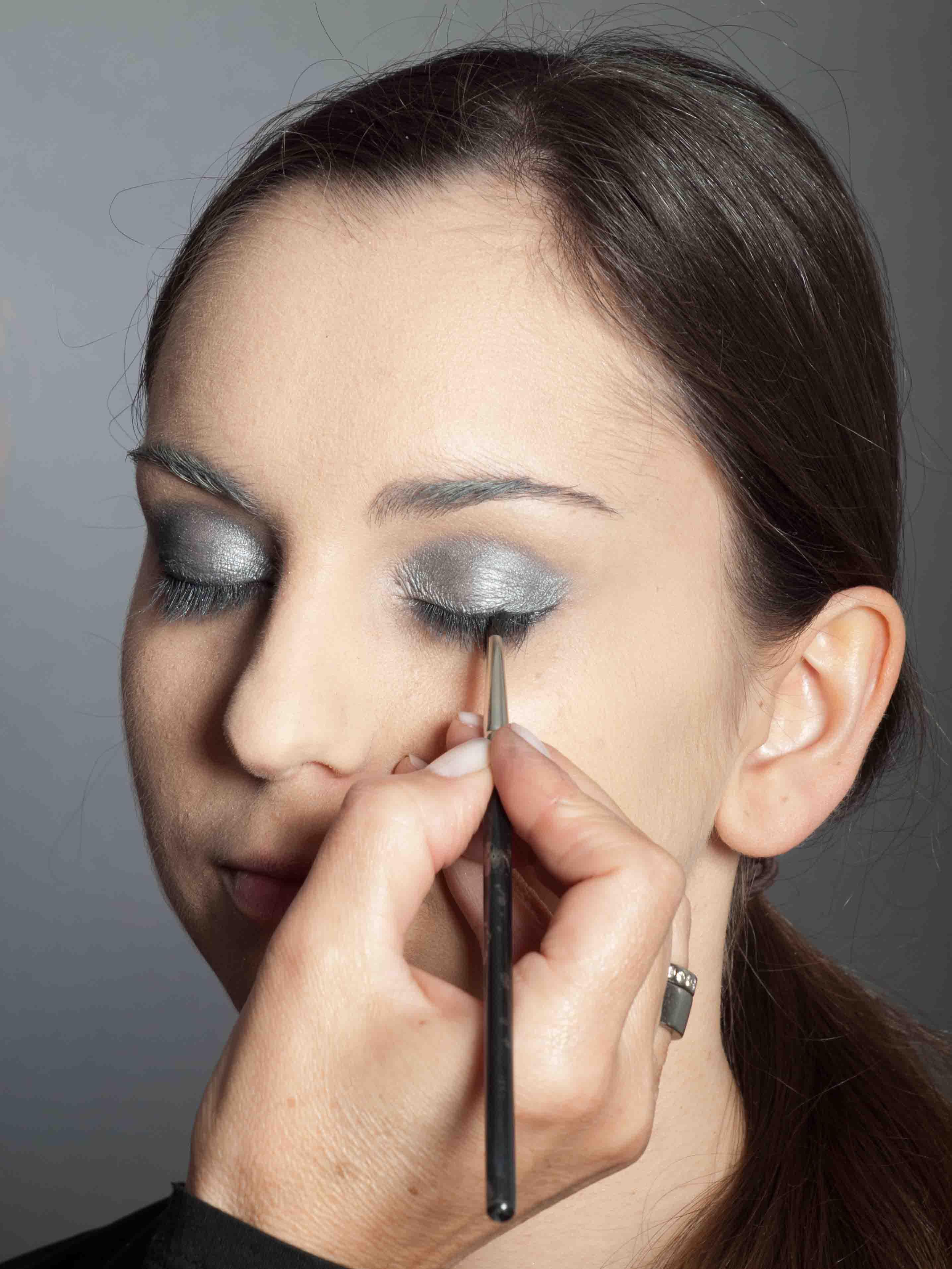 Metallic Look Augen Make up - Oberer Wimpernrand 2