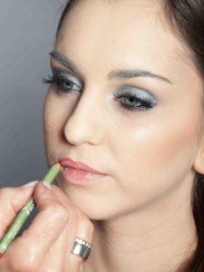 Metallic Look für Silvester - Lippen konturieren 1