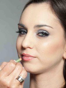 Metallic Look für Silvester - Lippen konturieren 2