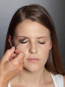 Colour Blocking Look -Augenbrauen bürsten