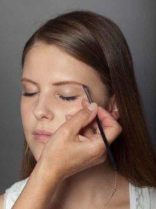 Augenbrauen betonen mit Augenbrauenpuder