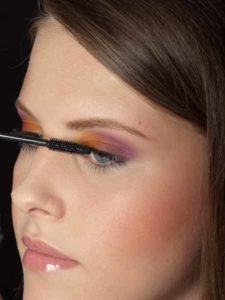 Colour Blocking Look -Wimpern tuschen 1