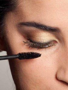 18 Golden Eyes Look für alle Gelegenheiten - Wimpern tuschen 1