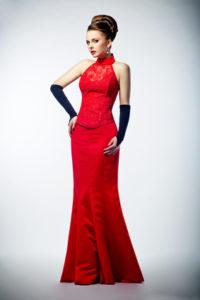 Neckholder-Kleid mit Hochsteckfrisur