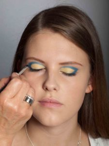 Farbiger Lidstrich für Mutige - Blaue Lidfalte und Lidstrich 1