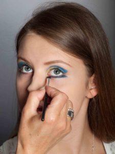 Farbiger Lidstrich für Mutige - Blauer Lidstrich unterm Auge 1