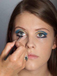 Farbiger Lidstrich für Mutige - Blauer Lidstrich unterm Auge 2