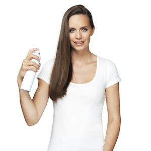 Haare mit Haarspray fixieren