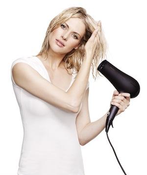 Haare mit dem Fön antrocknen