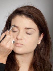 Augenbrauen gestalten für größer wirkende Augen