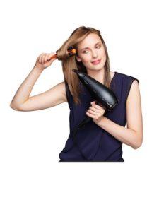 Haare über Ründbürste föhnen