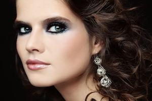 Make-Up abgestimmt auf den Ohrschmuck