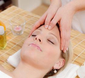Gesichtsbehandlung einer Kosmetikerin