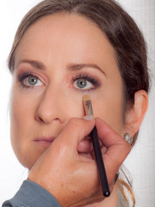Jennifer Aniston Make up Look - Concealer auftragen 1