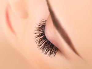 Wimpernserum lässt dichte Wimpern wachsen