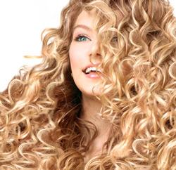 Langes Haar mit Lockenpracht