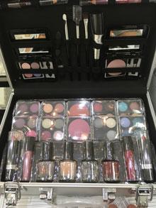 Kosmetikkoffer gefüllt