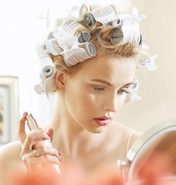 Haare mit elektrischen Lockenwickler
