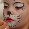Wie sich süße Kätzchen für ihren Auftritt vorbereiten – Katze schminken & Kostüm